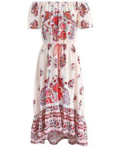 Vestido de gasa con hombros descubiertos de flores y pavo real