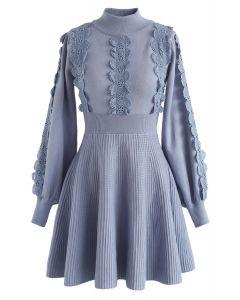 Vestido de punto con forro de croché de Amiable Attraction en azul polvoriento