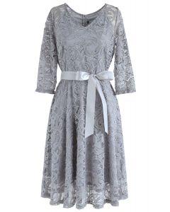 Recuerda el vestido de encaje con cuello en V de otoño en gris