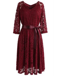 Recuerda el vestido de encaje con cuello en V de otoño en rojo
