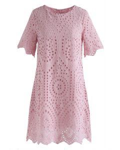 Vestido recto con ojales bordados Slow Down en rosa